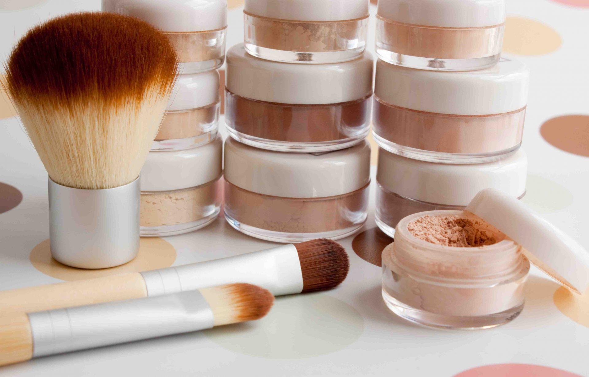 Jak nakładać makijaż mineralny na mokro?