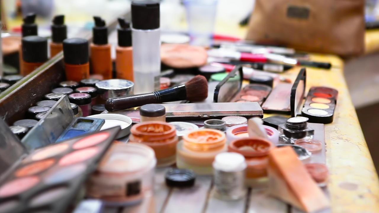 Po co i jak kobiety robią makijaż?